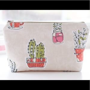 Large cosmetic bag with zipper pull
